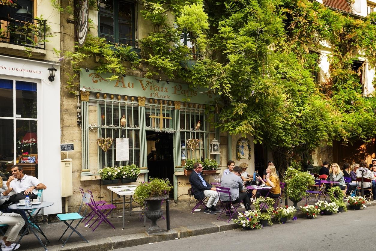 Turistas em bistrô em Paris