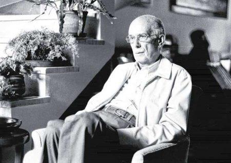 Antonio Candido sentado em uma poltrona