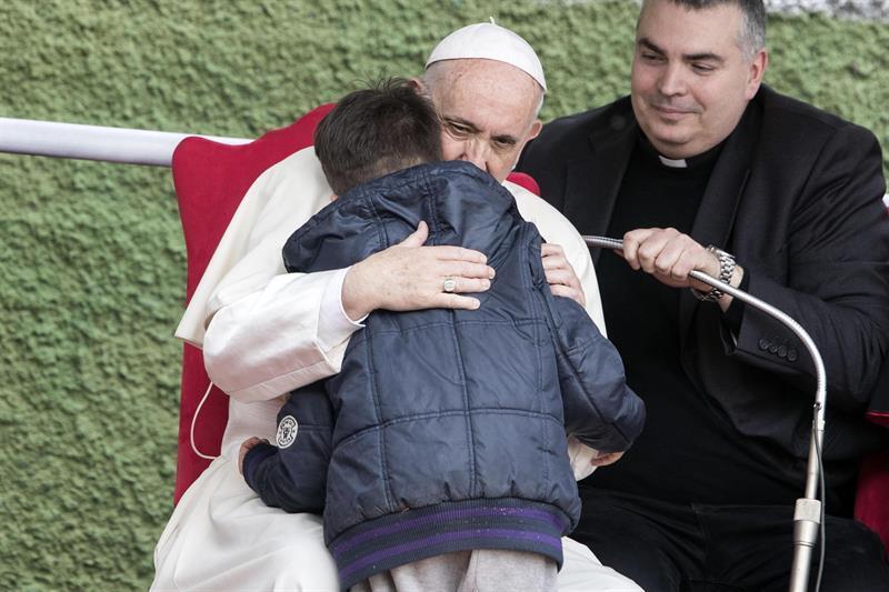 Garotinho pergunta se o pai ateu está no céu e Papa o consola