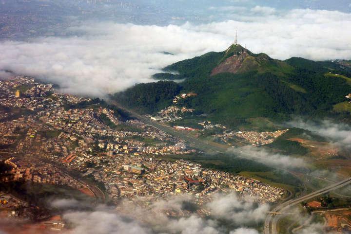 A trilha ao Pico do Jaraguá tem cerca de 6km e não apresenta dificuldades técnicas