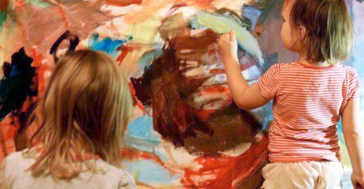 Mãe transforma pinturas de filhas em lindas obras de arte