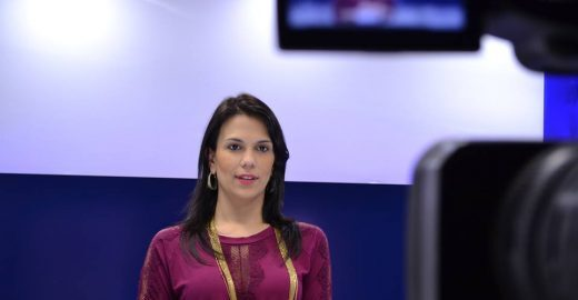 Professora dá aulas em canal de vídeo para quem está estudando para concursos