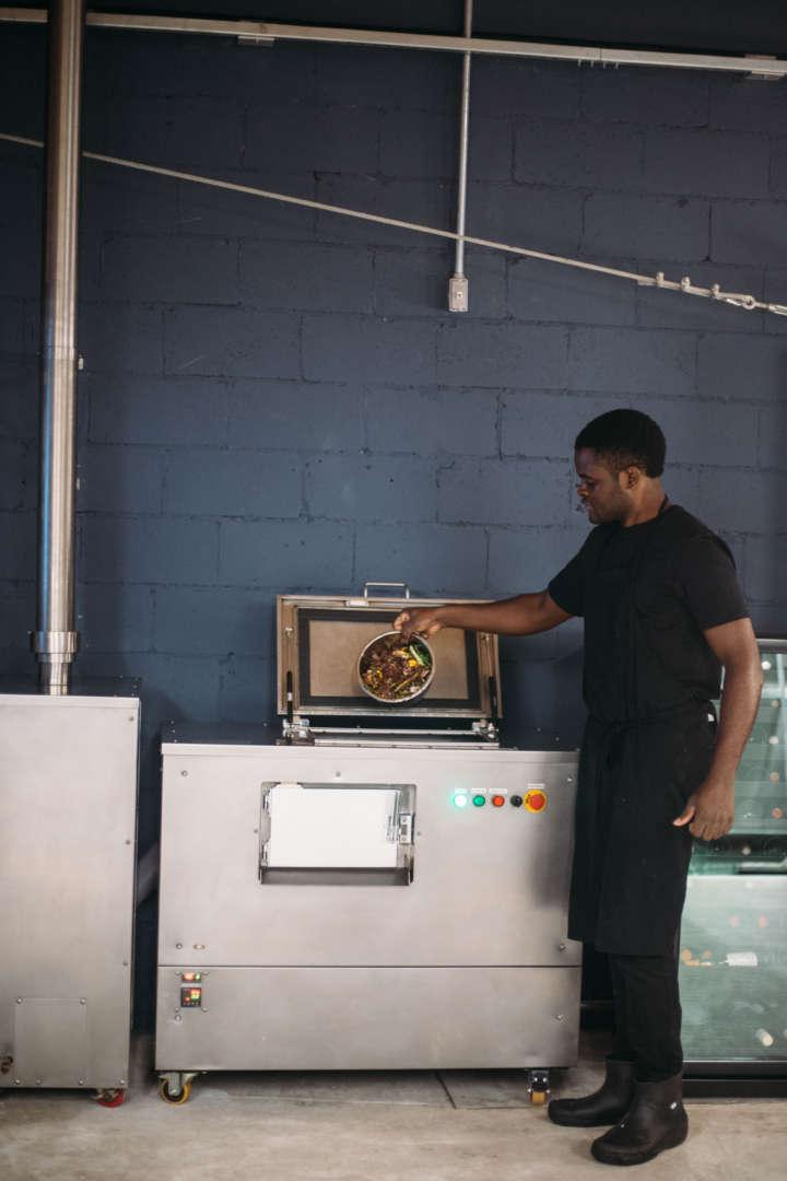 No restaurante verde, a composteira é operada por um refugiado camaronês