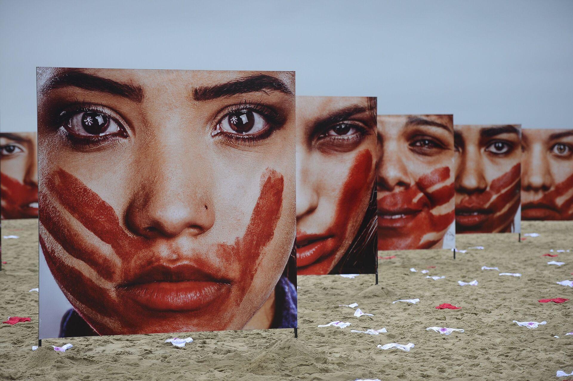 Ação na praia de Copacabana pelo fim da violência contra a mulher