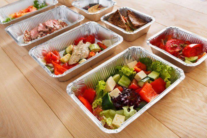 Saladas em embalagens de alumínio