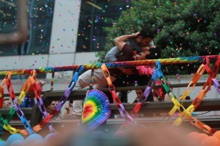 Atores da série Sense8na Parada LGBT de São Paulo