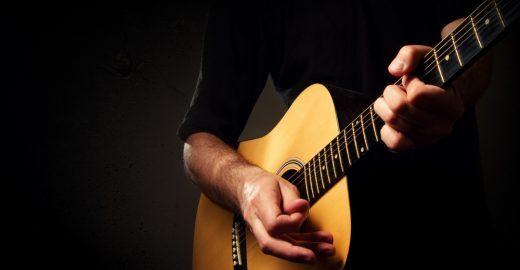 Estudantes adaptam violão para pessoas com deficiência visual