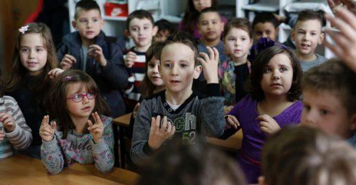 Em escola na Bósnia, crianças de 6 anos aprendem língua de sinais para se comunicar com colega surdo