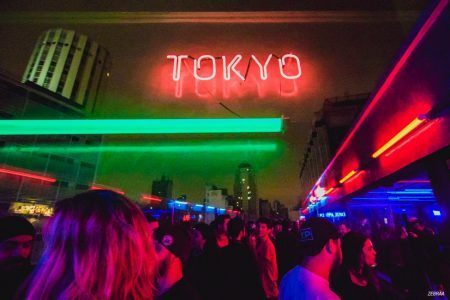 O Tokyo 011 é um prédio modernista e tombado de nove andares que conta com rooftop, bar, karaokê, restaurante, exposições, cinema, teatro, design, tattoo, experimentações, instalações e pista de dança