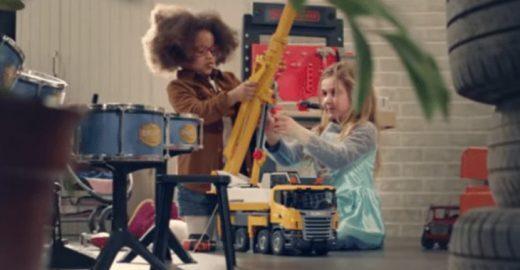 Na França, rede de supermercados acaba com distinção de brinquedos para meninos e meninas