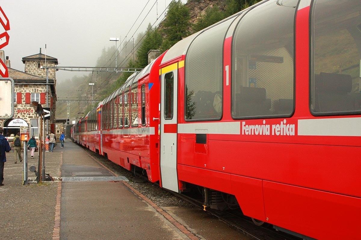 Trem em estação no interior da Suiça