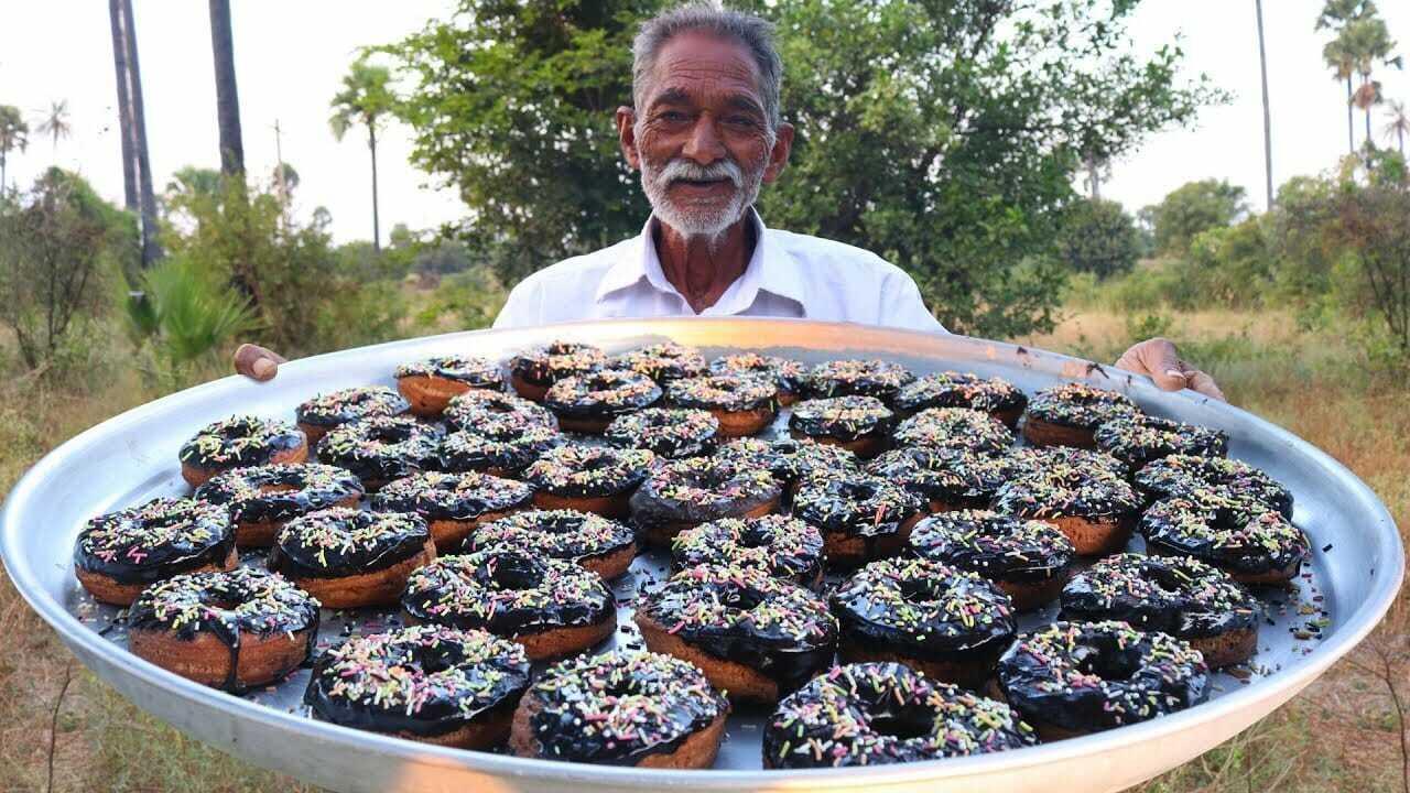 Senhor indiano ensina a preparar comidas para crianças pobres