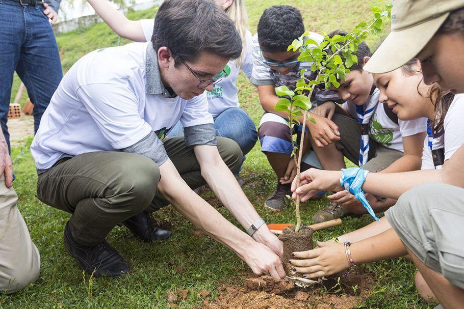 O projeto de Felix Finkbeiner, que quer plantar 1 trilhão de árvores, chegou à cidade de Mariana (MG)