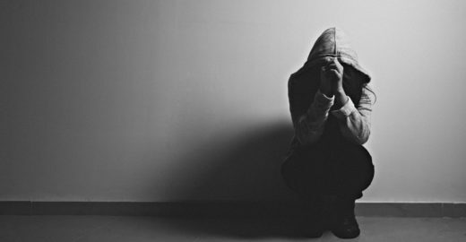 Adolescente de 15 anos estuprada por irmão é presa por abortar
