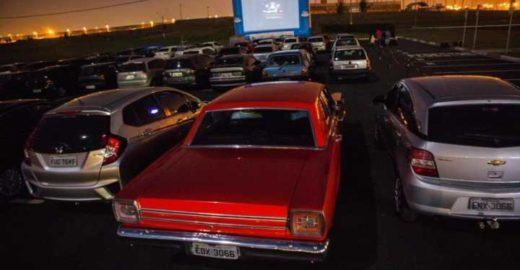 Cine drive-in tem sessões de cinema ao ar livre dentro do carro