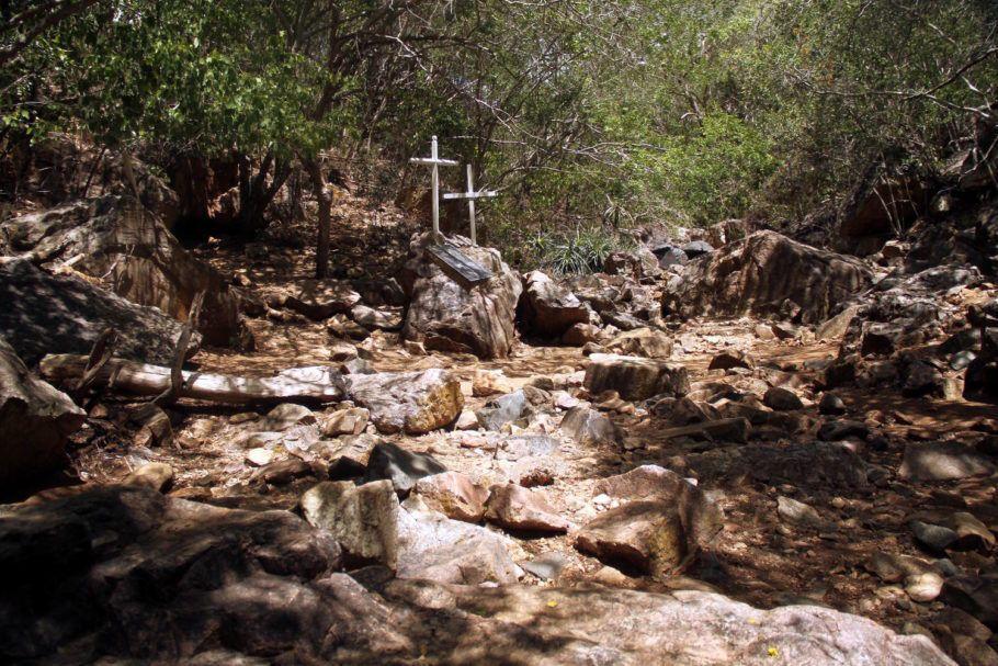 Vista da Grota do Angico, em Poço Redondo, Sergipe. A trilha da época pode ser feita no Cangaço Eco Parque, onde os visitantes caminham 3,5 km (ida e volta) até o local da morte dos cangaceiros e podem ver as cruzes em homenagem aos cangaceiros mortos no local