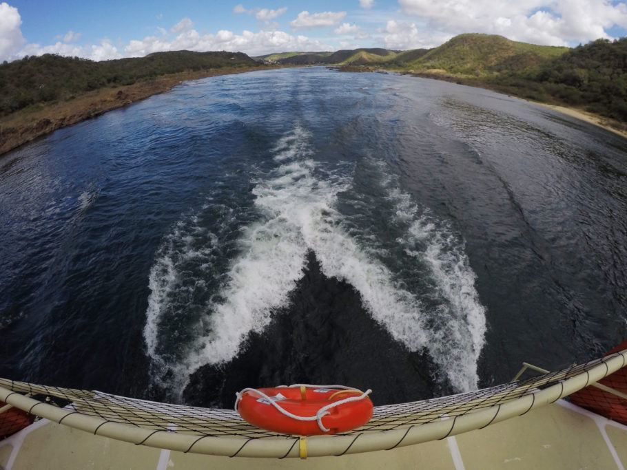A navegação pelo rio São Francisco, em direção à Grota do Angico, é uma das atividades turísticas mais populares do Sergipe