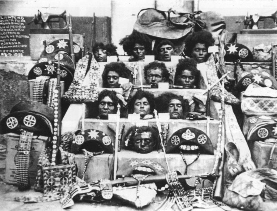 A cena mais famosa do acontecimento são as cabeças degoladas pela 'volante', como era chamada a polícia de então, que foram levadas até Piranhas, em Alagoas, e expostas na escadaria da prefeitura