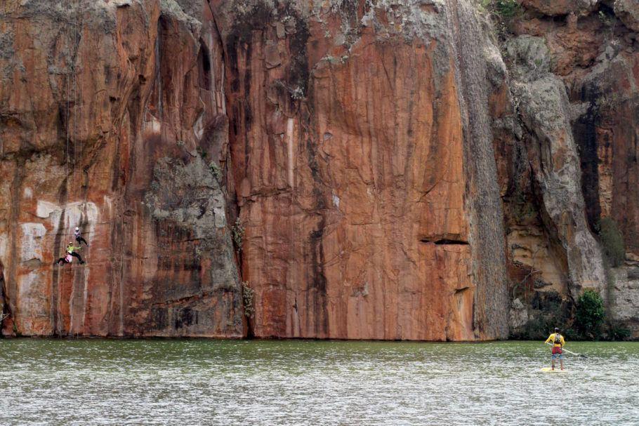 Rapel no Cânion do Xingó, em Sergipe. A partir de uma trilha de 800 metros até uma das plataformas naturais do cânion, na base do Talhado, visitantes descem 40 metros em rapel até o rio São Francisco