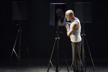 """Com direção de Yara de Novaes, """"A Ira de Narciso"""" é uma adaptação do espetáculo autobiográfico do diretor franco-uruguaio Sergio Blanco"""