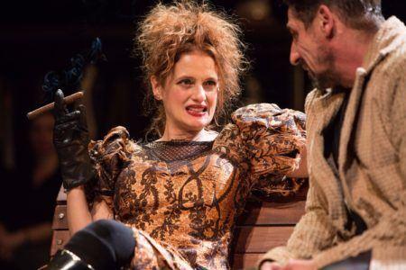 """Denise Fraga em cena da peça """"A Visita da Velha Senhora"""""""