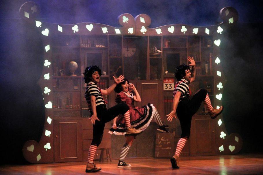 """3 atores em cena de Alice, o Musical"""""""