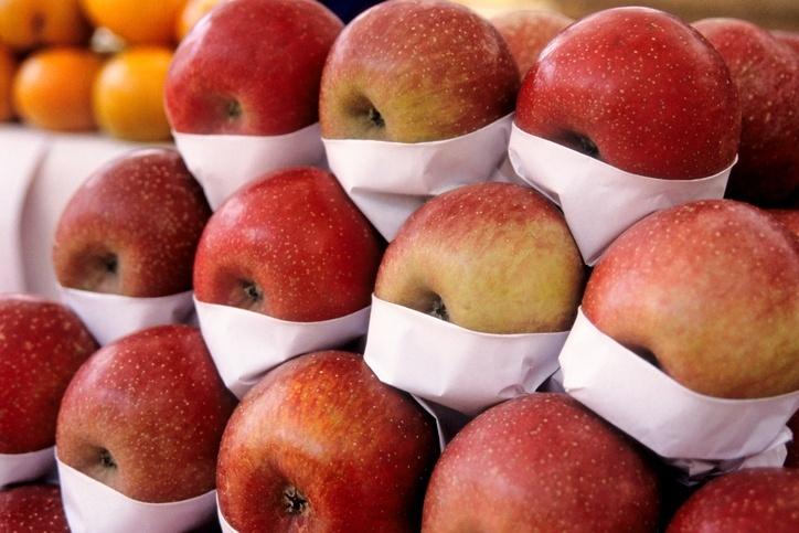 Várias maçãs em uma banca de feira livre