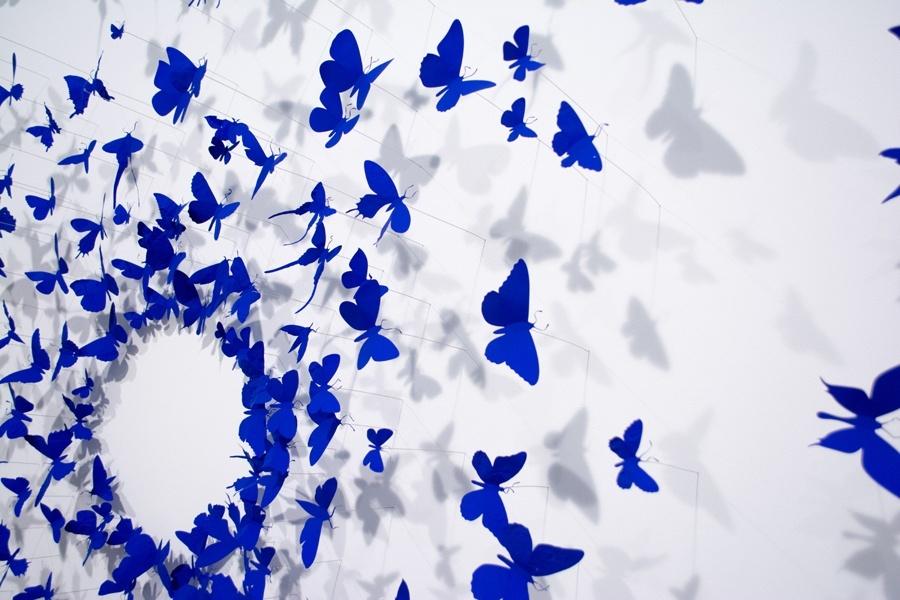 Na arte com lixo de Paul Villinski, latas de alumínio recicladas se metamorfoseiam em borboletas azuis