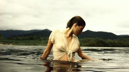 """Foto do filme """"Astracã"""", em que uma muljher está dentro da água"""
