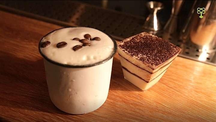 Enjoy in Tiramissu, versão alcoólica do doce italiano que vai rum, vermouth tinto, xarope de tiramisù e espuma de baunilha