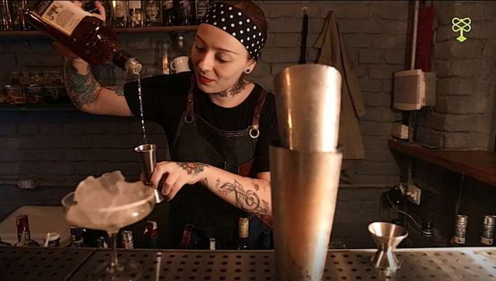 A bartender Stephanie Marinkovic é a responsável pela criação dos drinks do Espaço 13