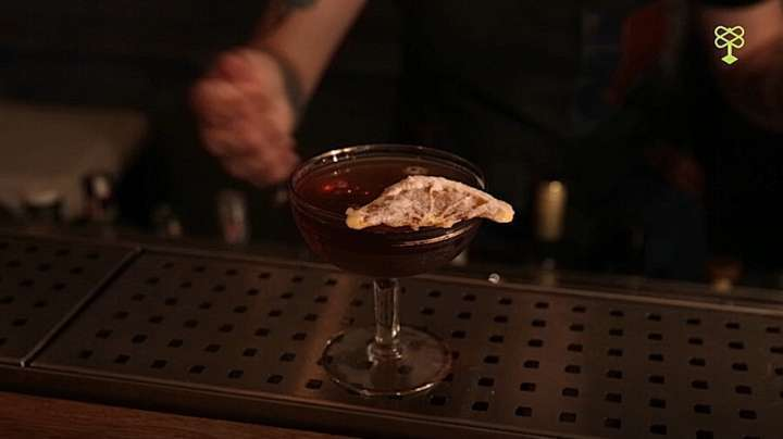 O sambista Adoniran Barbosa também recebe sua homenagem com uma versão do hanky pank, que vai gin, vermouth rosso e amaro Brasilberg
