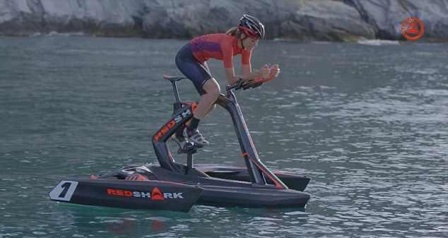 A bicicleta aquática é uma adaptação de um veleiro do tipo trimarã