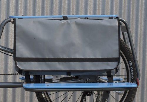 A bolsa impermeável tem compartimentos e alças internos
