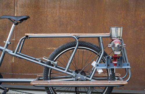 A moedora de grãos é acoplada à bicicleta multiuso e acionada pelas pedaladas