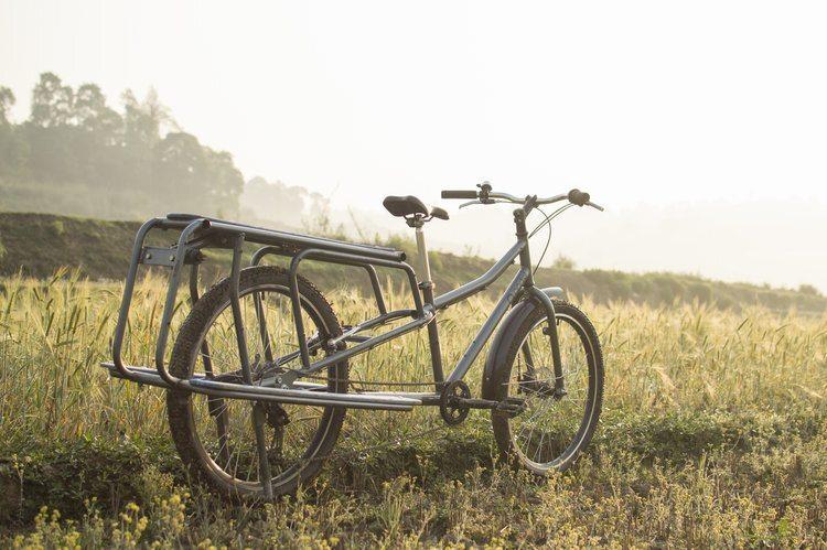 A bicicleta multiuso nepalesa tem apoios laterais para acomodar cargas e passageiros