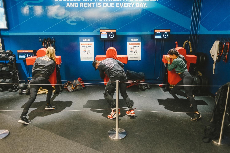 Visitantes podem simular o treinamento dos atletas de futebol americano