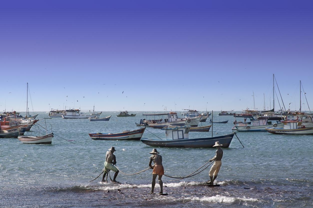 Os Três Pescadores, escultura da artista Christina Motta, na praia da Armação