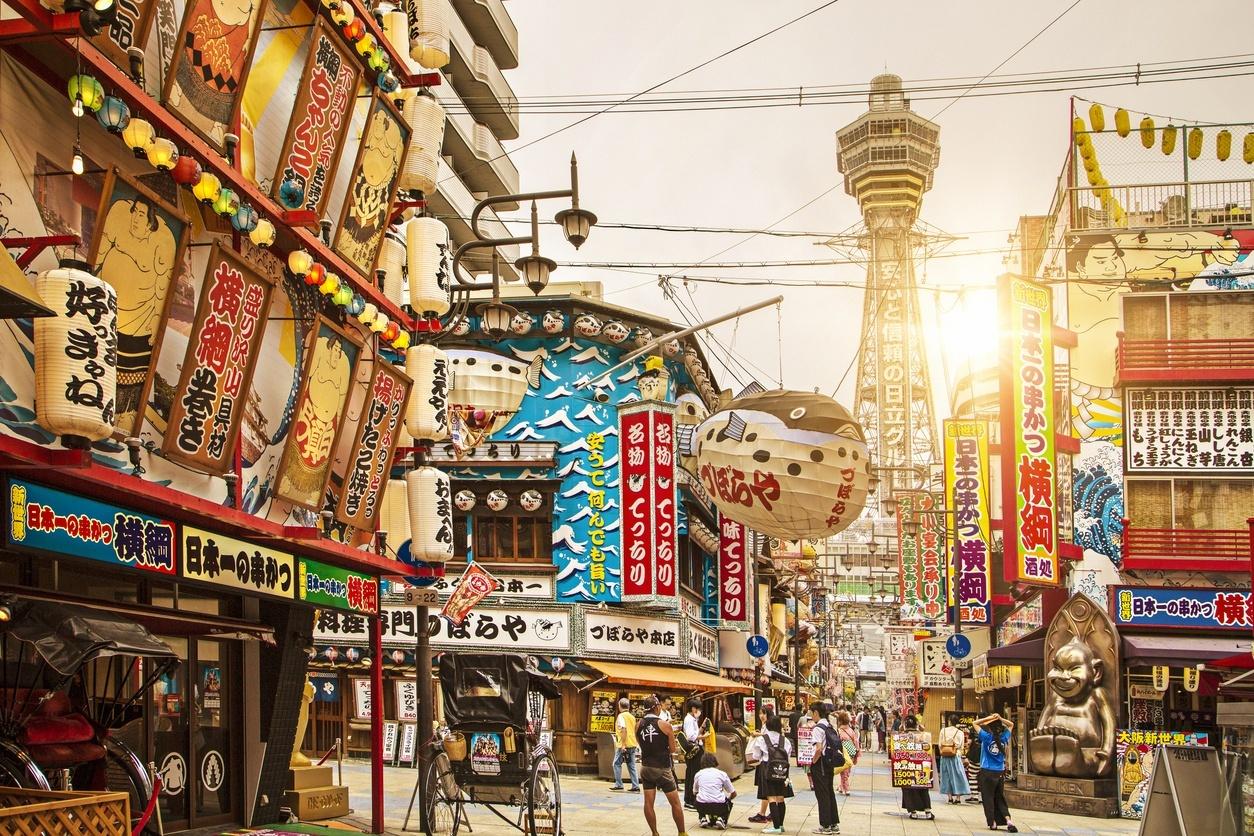 Distrito de Shinsekai com a Tsutenkaku Tower ao fundo, em Osaka
