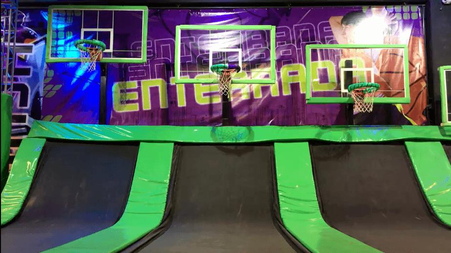 Cestas de basquete com camas elásticas para impulsionar os jogadores em direção a cesta fazem parte do Jum Mania, um dos parques de diversões para adultos