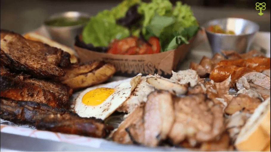 O restaurante Carburadores, especializado em churrasco defumado, oferece pratos com variedades de carnes para dividir com os amigos