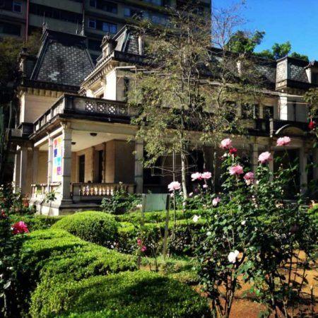 foto da casa das rosas tirada de seu jardim