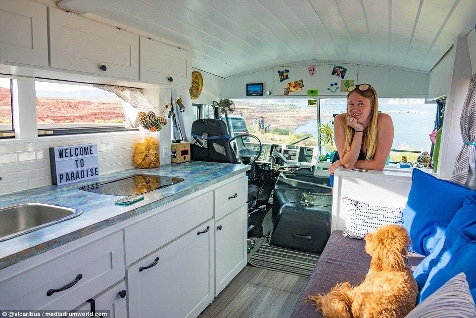 Para fazer a viagem, o casal gastou cerca de R$ 156 mil para transformar o ônibus escolar em uma 'casa'