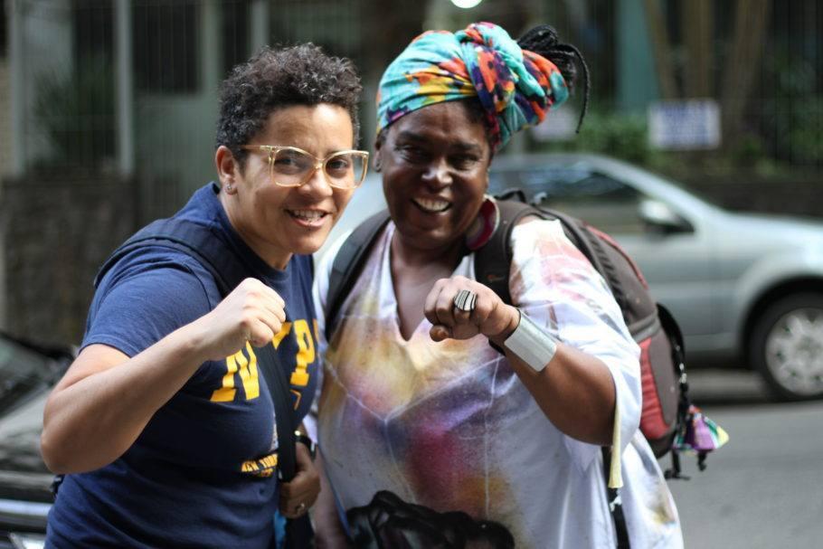 Duas mulheres negras apontam para a câmera