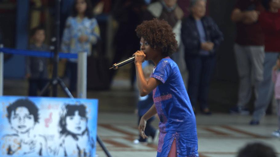 Mulher negra vestida de azul cantando