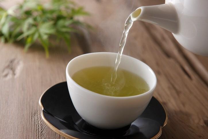 chá verde em uma xícara