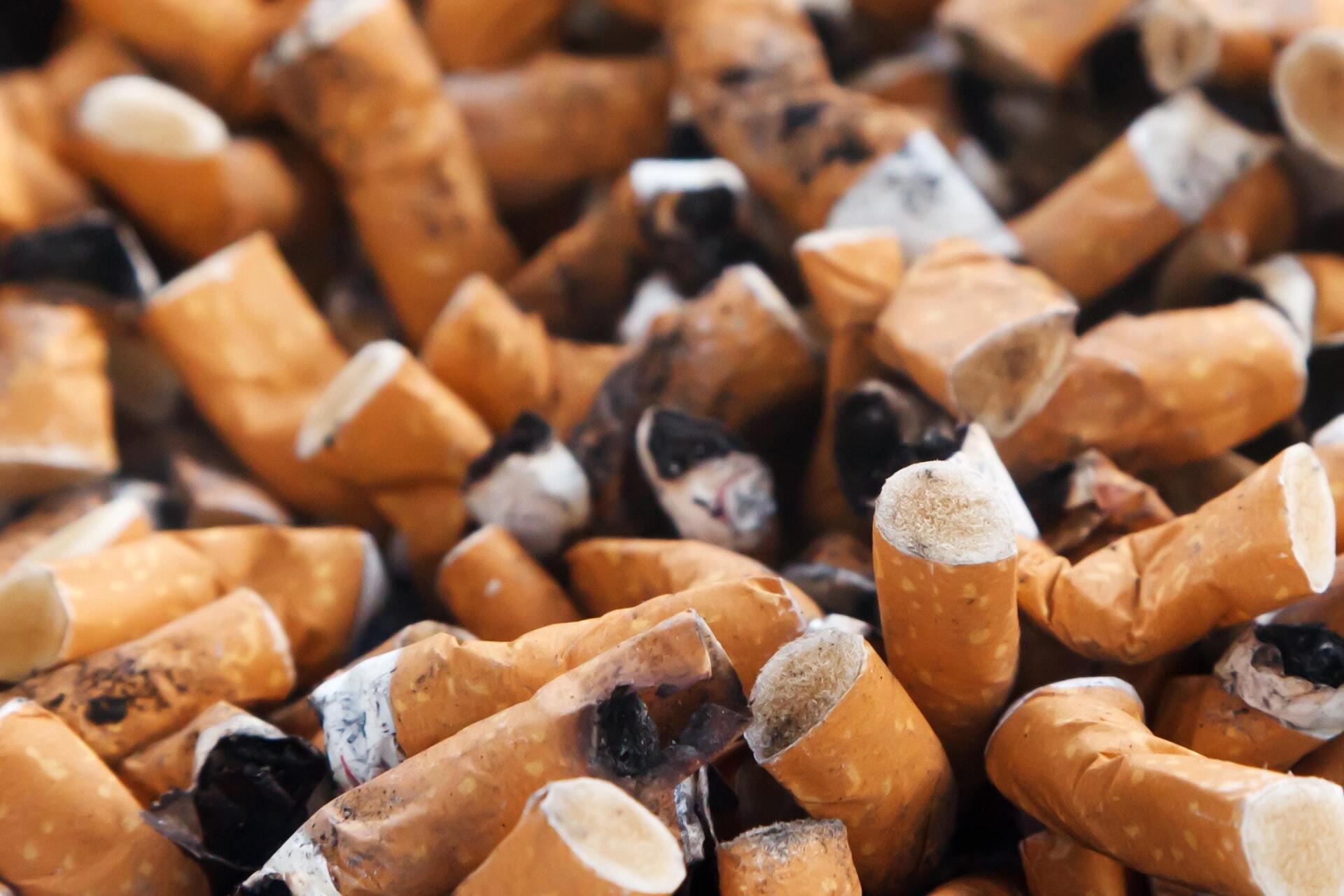 várias bitucas de cigarro