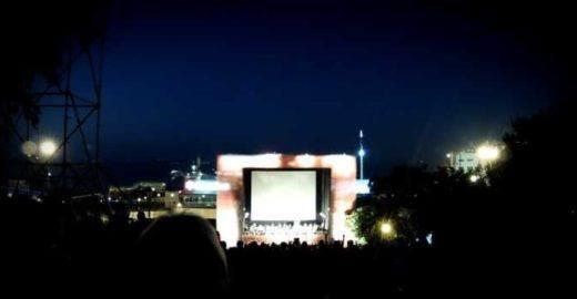 Cinema ao ar livre com trilha sonora ao vivo toma conta de praça