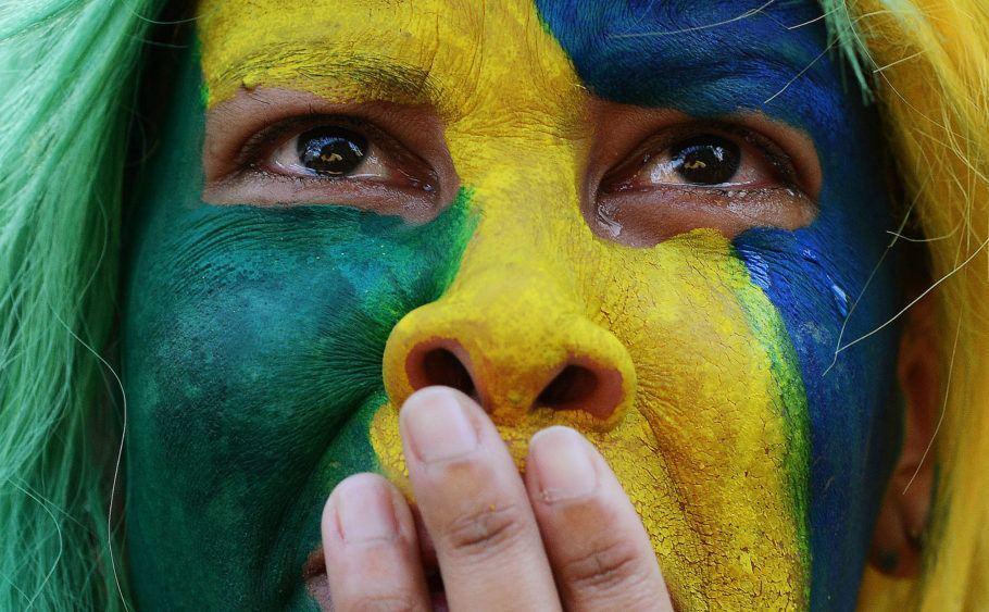 Torcedora chora a derrota do brasil para a Bélgica na Copa