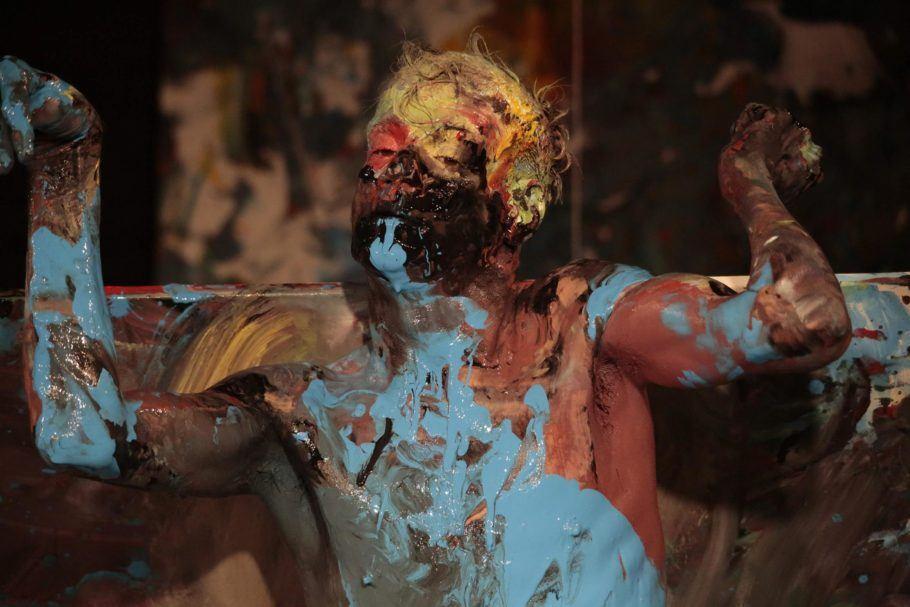 """Foto do espetáculo""""Corpo sobre Tela"""", em que m dançarino todo pintado aparece em close"""